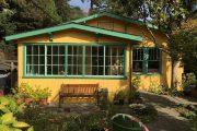 حیاط خانه چوبی